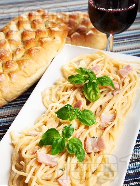Спагети Карбонара с яйца, бекон, сирене пармезан и сметана - снимка на рецептата